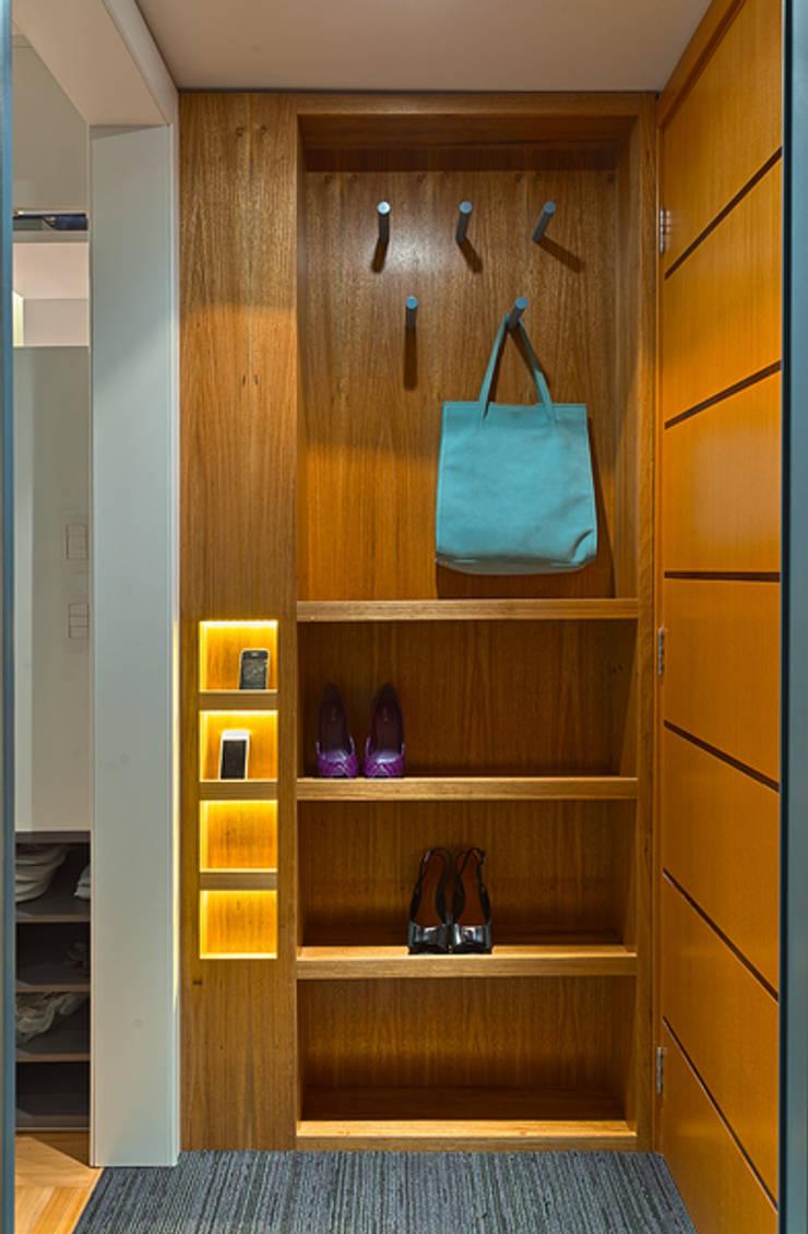 Hall: Corredores e halls de entrada  por Botti Arquitetura e Interiores-Natália Botelho e Paola Corteletti
