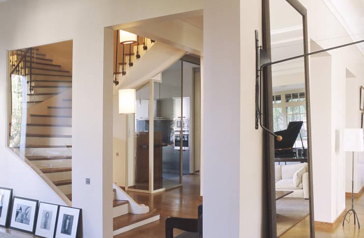 maison familiale Boulogne Billancourt 600m2: Couloir et hall d'entrée de style  par Claire Dargaud - roulez jeunesse