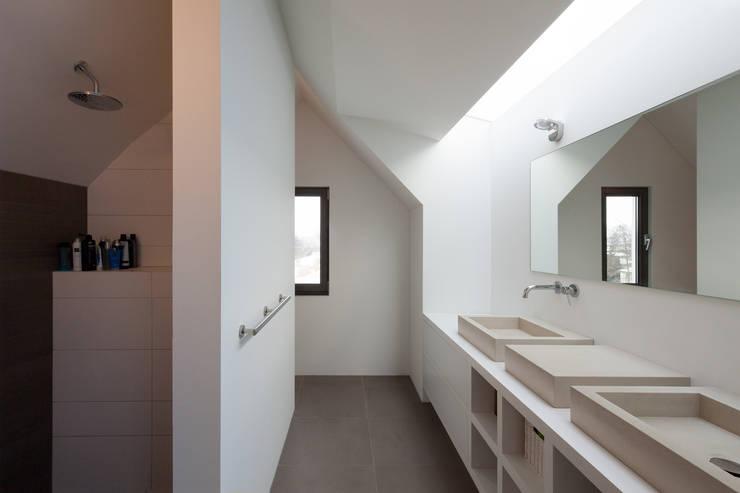 Woonhuis Kadoelen Amsterdam Noord: moderne Badkamer door Équipe architectuur en urbanisme