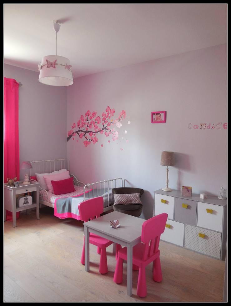 Chambre fushia et grise: Chambre d'enfant de style  par Scènes d'Intérieur