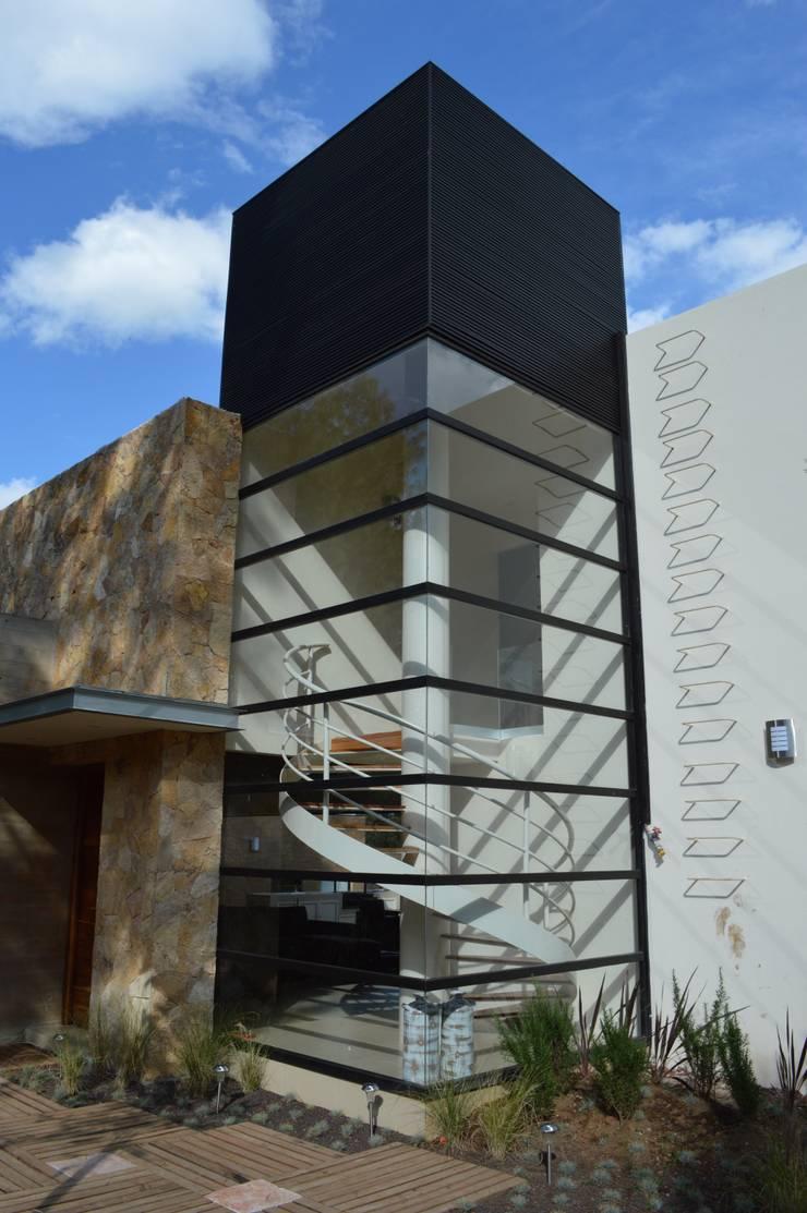 Cubo de escaleras: Casas de estilo  por Revah Arqs