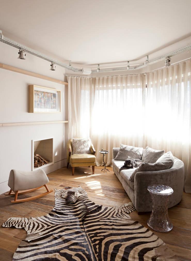 Sala de estar com lareira: Salas de estar  por H2C Arquitetura
