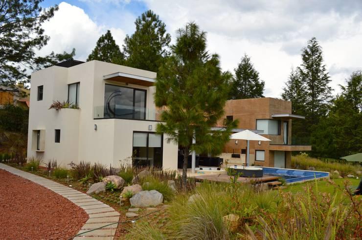 Vista desde el acceso: Casas de estilo  por Revah Arqs