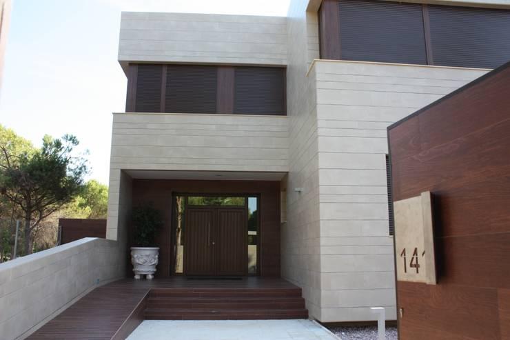 Entrada Casa Zaranda: Casas de estilo  de LAR arquitectura