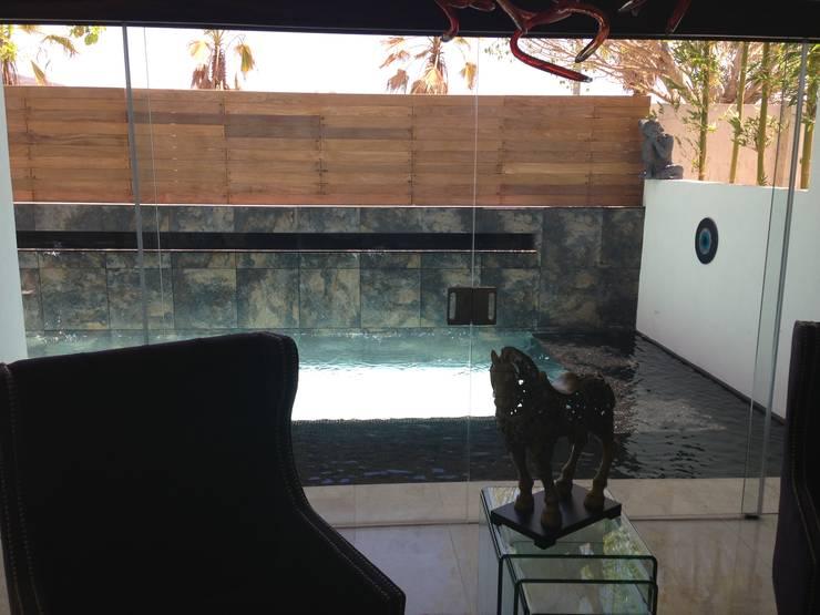 casa 240: Albercas de estilo  por Hussein Garzon arquitectura