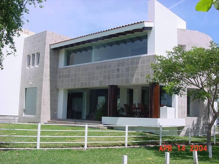 casa 84: Casas de estilo  por Hussein Garzon arquitectura