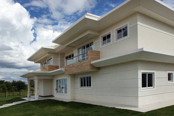Casa Unifamiliar:   por Arina Araujo Arquitetura e Interiores,