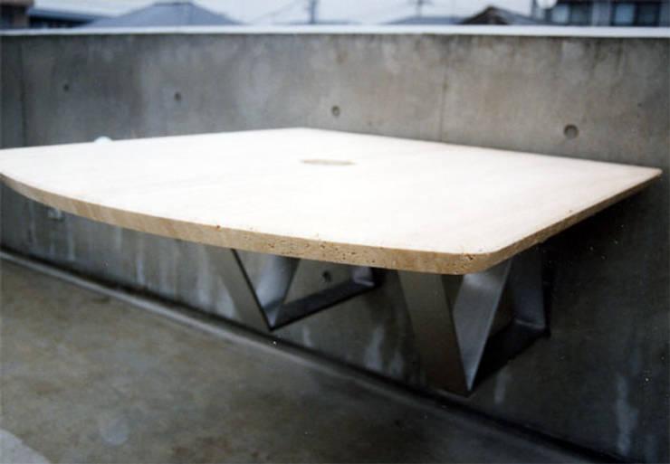 屋外テーブル: 松井建築研究所が手掛けた庭です。