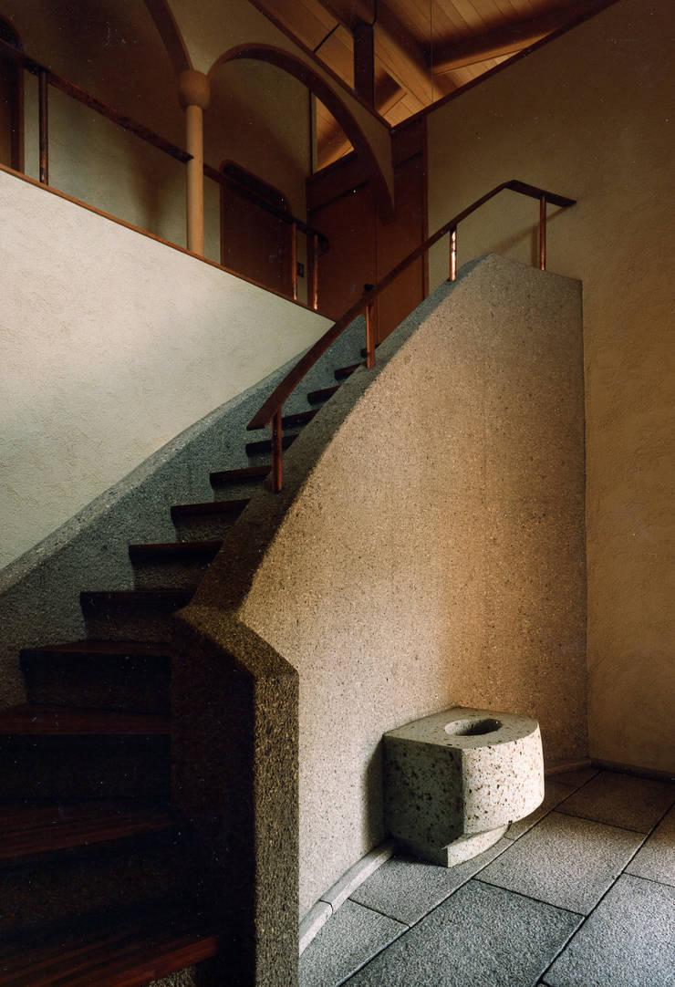 伽留羅-世田谷の事務所併用住宅-: 松井建築研究所が手掛けた廊下 & 玄関です。,