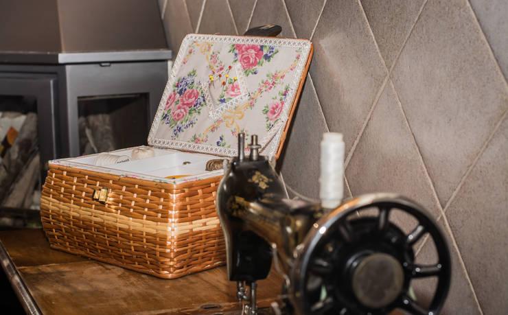 Costurero de mimbre y maquina de coser SINGER antigua.: Hogar de estilo  de Cesteria Aparici