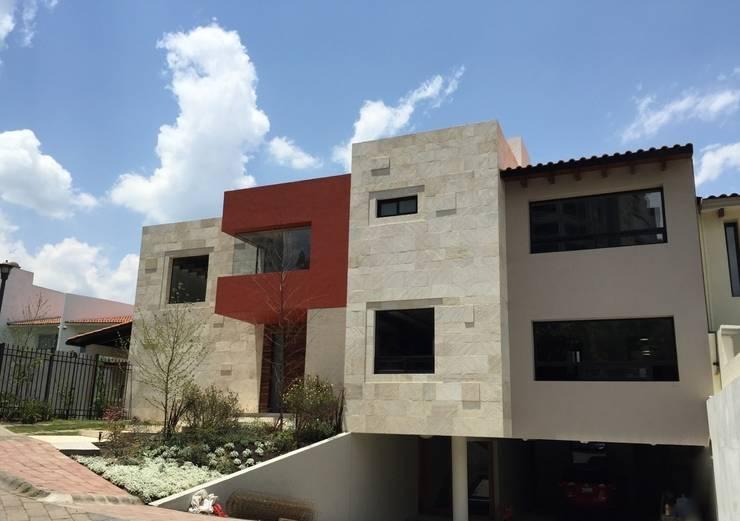 Casa en Interlomas: Casas de estilo  por Revah Arqs