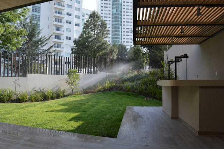 Casa en Interlomas: Terrazas de estilo  por Revah Arqs