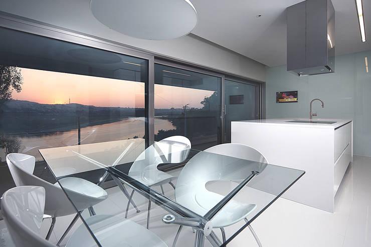 Moradia travessa Clube dos Caçadores -Gondomar-lote1 : Cozinhas minimalistas por Albertina Oliveira-Arquitetura Unipessoal Lda