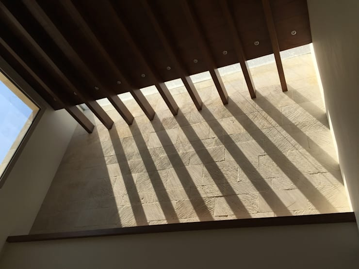 Casa en Interlomas: Salas de estilo moderno por Revah Arqs