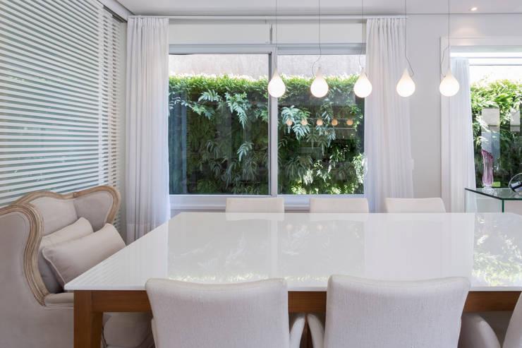 Casa Cidade Jardim: Salas de jantar  por Boutique Arquitetura
