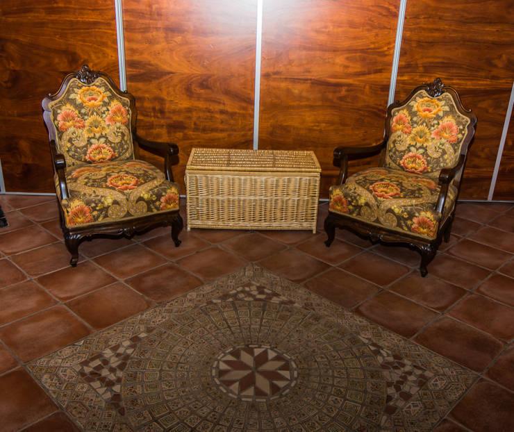 Baúl de mimbre blanco.: Vestíbulos, pasillos y escaleras de estilo  de Cesteria Aparici