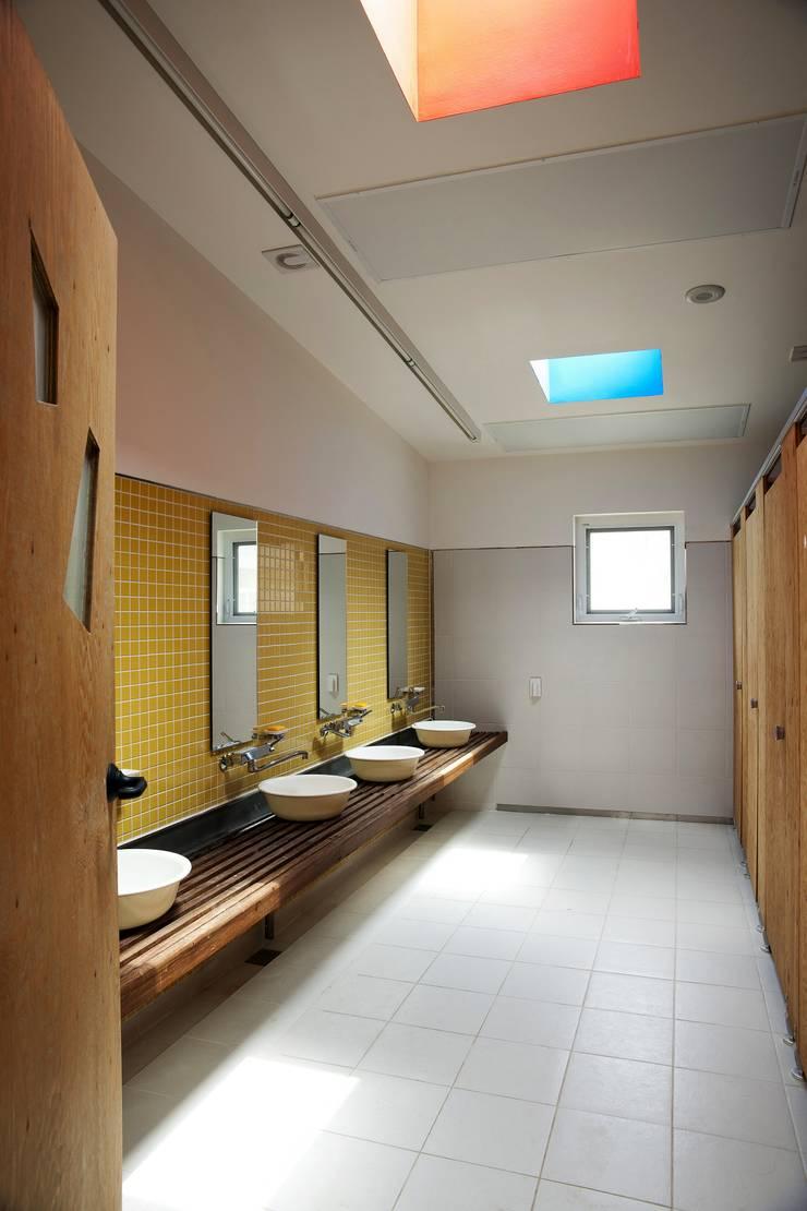 레드스쿨: KAWA Design Group의  욕실