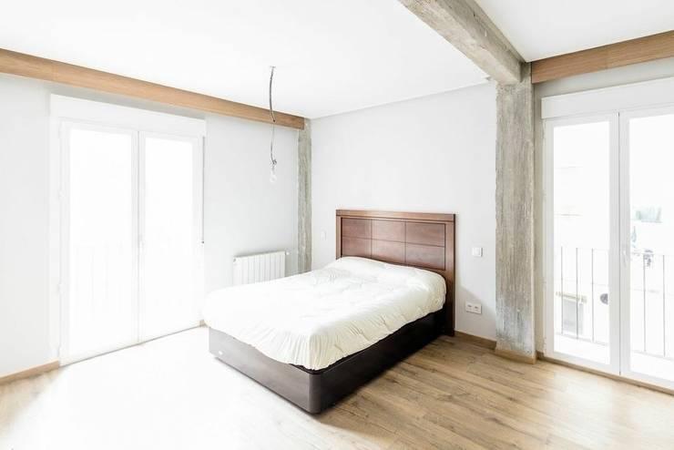 ReinaVictoria 2015: Dormitorios de estilo mediterráneo de MÓRULA