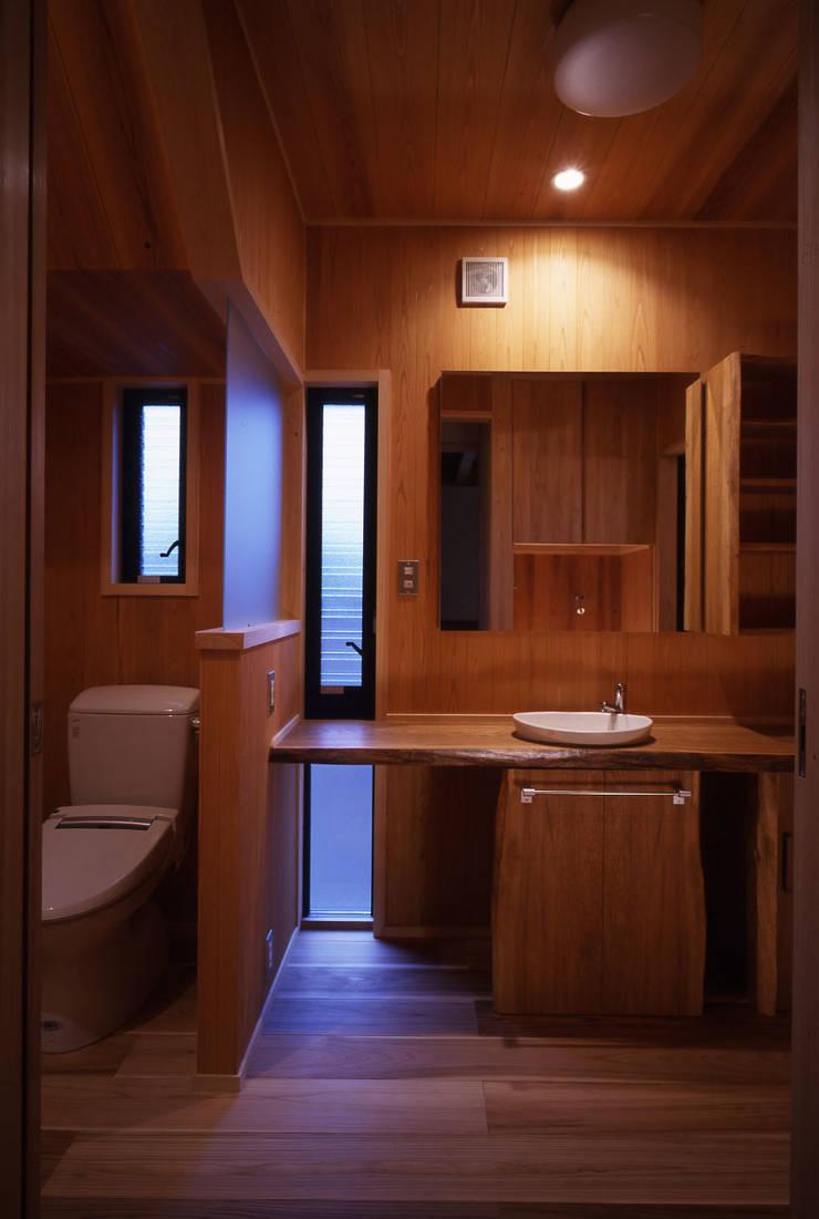 洗面・トイレ: shpが手掛けた浴室です。