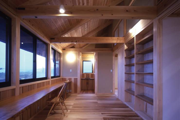 スタディーコーナー(2階ホール): shpが手掛けた廊下 & 玄関です。