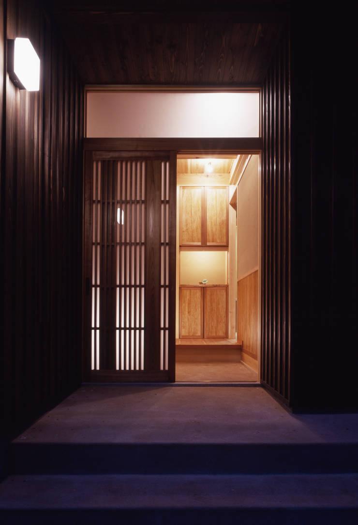 木製玄関戸より玄関を眺める: shpが手掛けた家です。