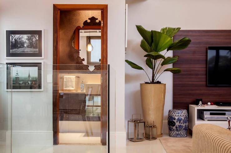 Lavabo : Banheiro  por Biarari e Rodrigues Arquitetura e Interiores,