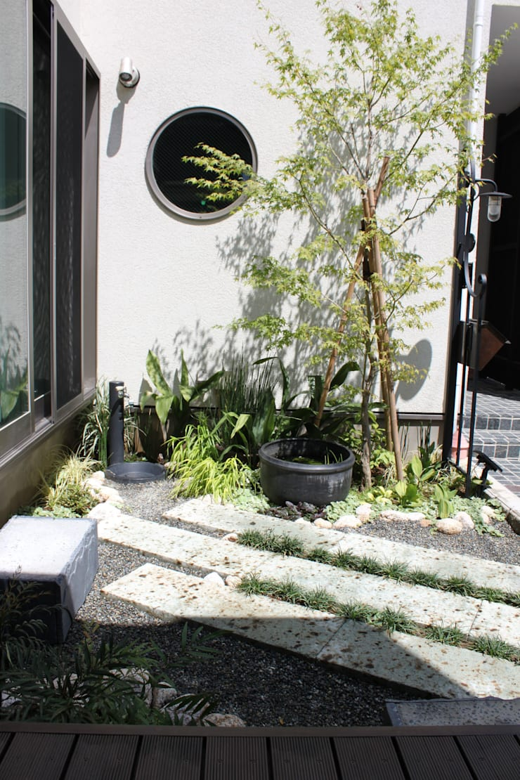 眺め寛ぐ庭: 株式会社ムサ・ジャパン ヴェルデが手掛けた庭です。