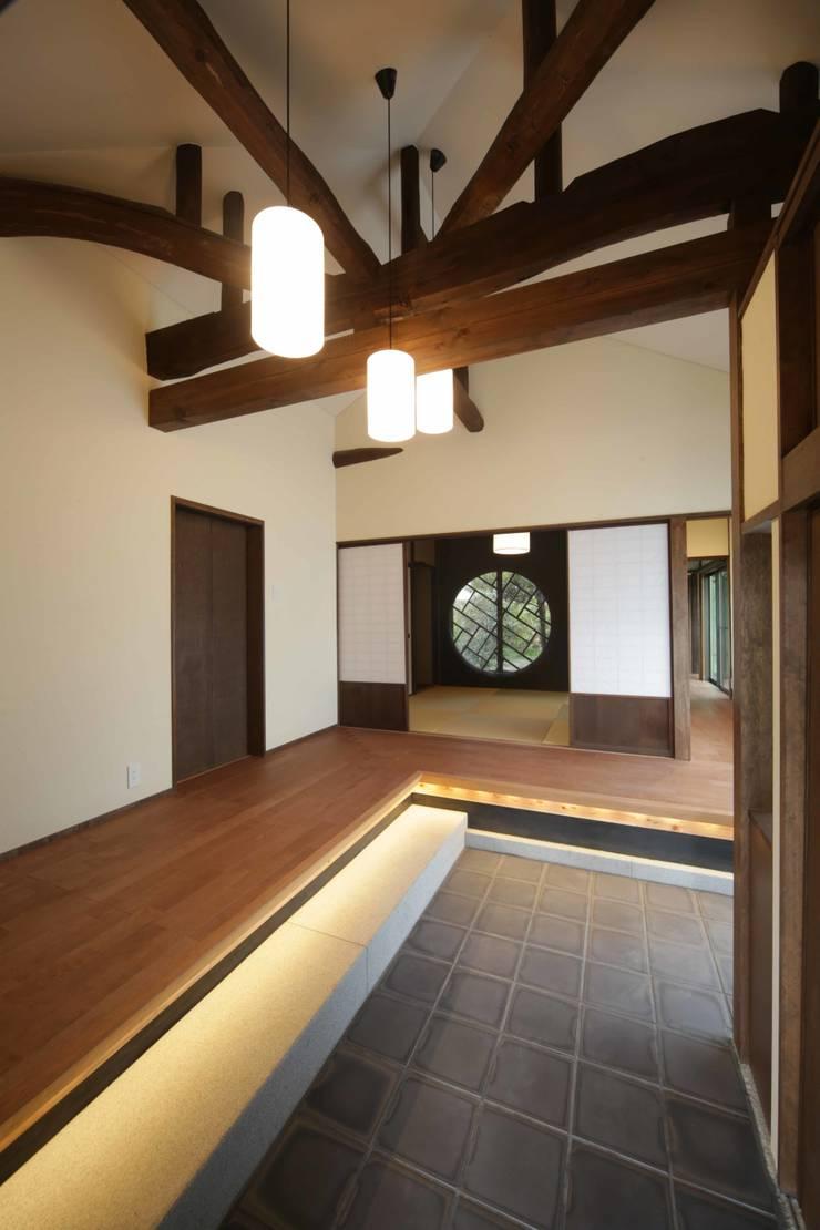 「牟礼の家」(古民家リノベーション)  玄関: 株式会社 創芸が手掛けたです。