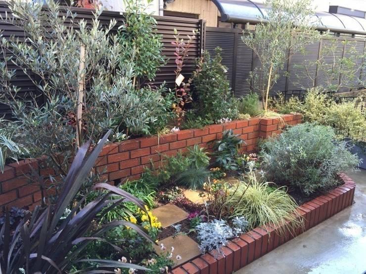 リズミカルな庭: 株式会社ムサ・ジャパン ヴェルデが手掛けた庭です。,