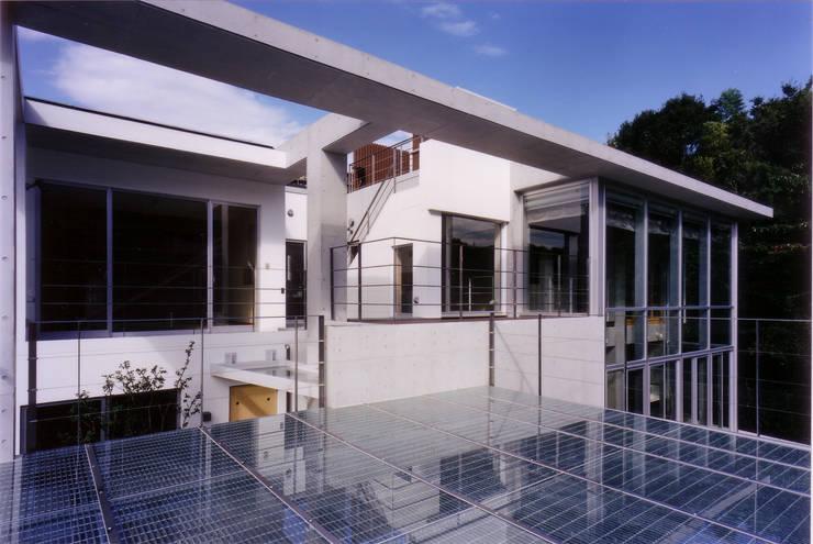 カースペース屋根からの外観: 豊田空間デザイン室 一級建築士事務所が手掛けた家です。