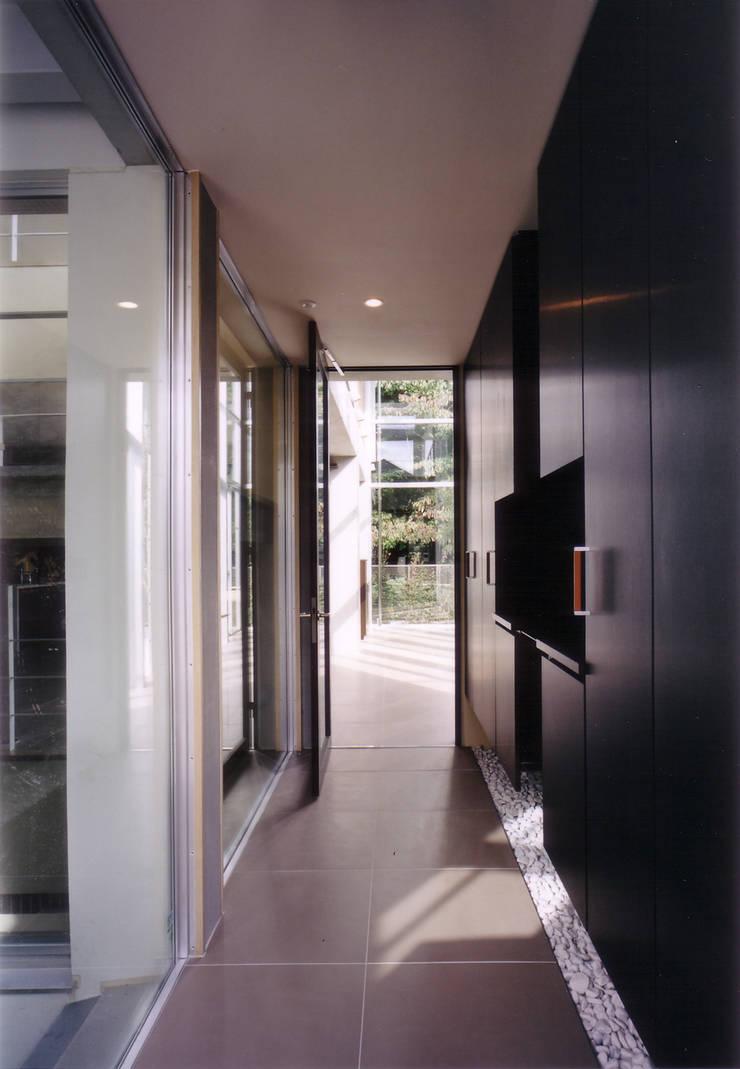 玄関ホール: 豊田空間デザイン室 一級建築士事務所が手掛けた廊下 & 玄関です。