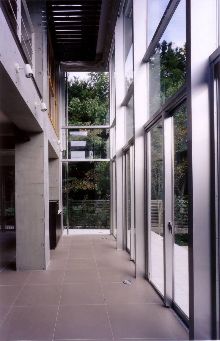 アトリウムから遊歩道を見る: 豊田空間デザイン室 一級建築士事務所が手掛けた和室です。