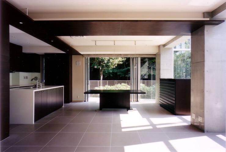 リビングよりダイニング を見る: 豊田空間デザイン室 一級建築士事務所が手掛けたダイニングです。
