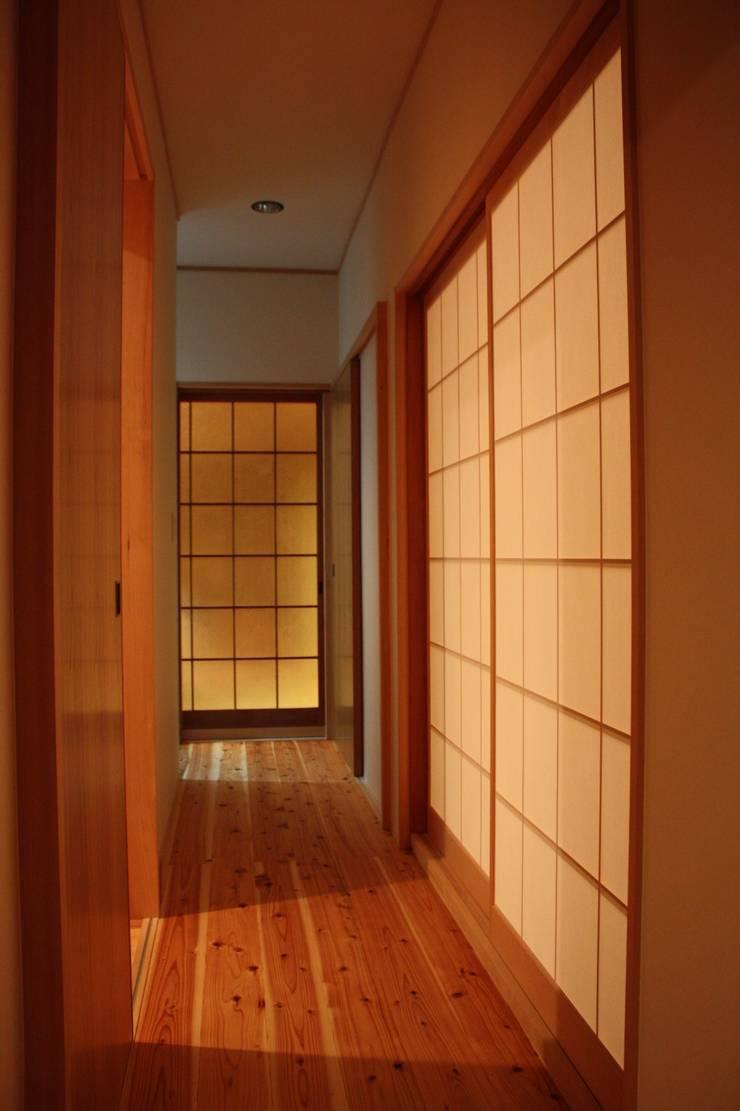 改修後の廊下: 一級建築士事務所 CAVOK Architectsが手掛けたです。
