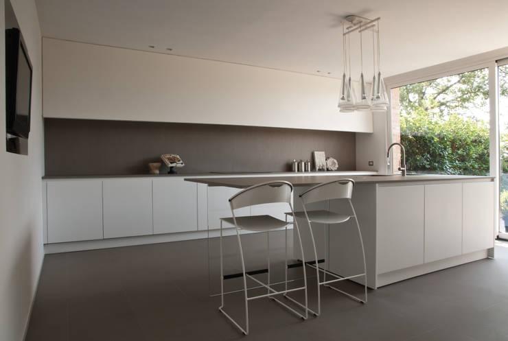 Abitazione SC: Cucina in stile in stile Moderno di INSIDESIGN STUDIOSTORE  - MELMAN GROUP SRL