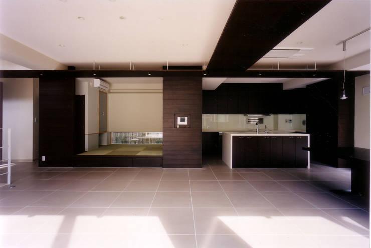 ダイニングから和室を見る: 豊田空間デザイン室 一級建築士事務所が手掛けたキッチンです。