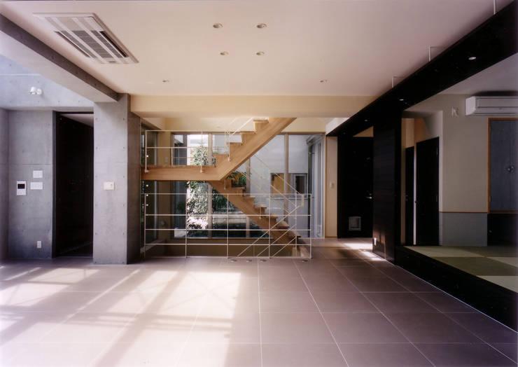 ダイニングよりリビング・  階段を見る: 豊田空間デザイン室 一級建築士事務所が手掛けたリビングです。