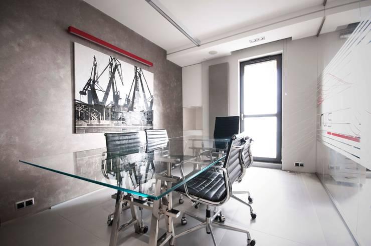 Biuro w wieżowcu  Qatro Towers Gdańsk : styl , w kategorii Domowe biuro i gabinet zaprojektowany przez TG STUDIO