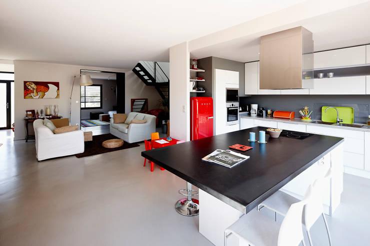 MAISON L33: Cuisine de style de style Moderne par Cendrine Deville Jacquot, Architecte DPLG, A²B2D