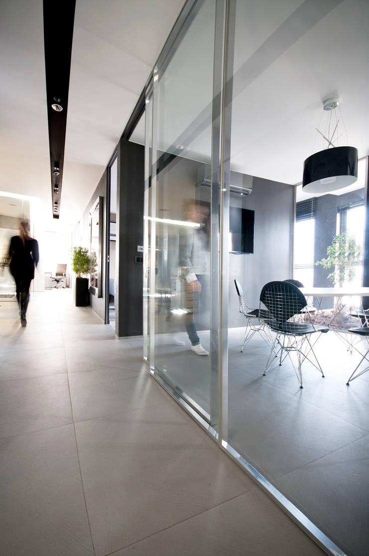 Biuro w wieżowcu  Qatro Towers Gdańsk : styl , w kategorii Korytarz, przedpokój zaprojektowany przez TG STUDIO