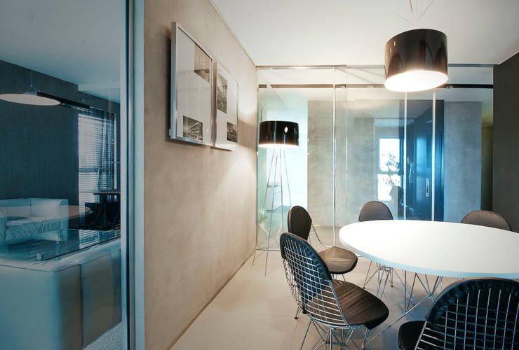 ściany szpachlowane betonem  + szklane ściany : styl , w kategorii Ściany i podłogi zaprojektowany przez TG STUDIO