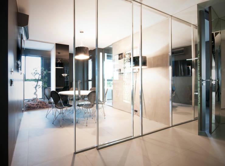 ekskluzywne ściany : styl , w kategorii Korytarz, przedpokój zaprojektowany przez TG STUDIO