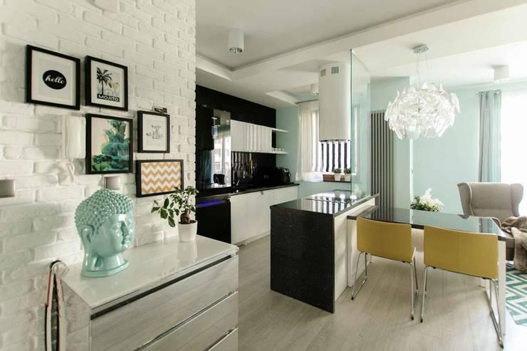 Mieszkanie z cegłą w tle: styl , w kategorii Kuchnia zaprojektowany przez FAJNY PROJEKT,