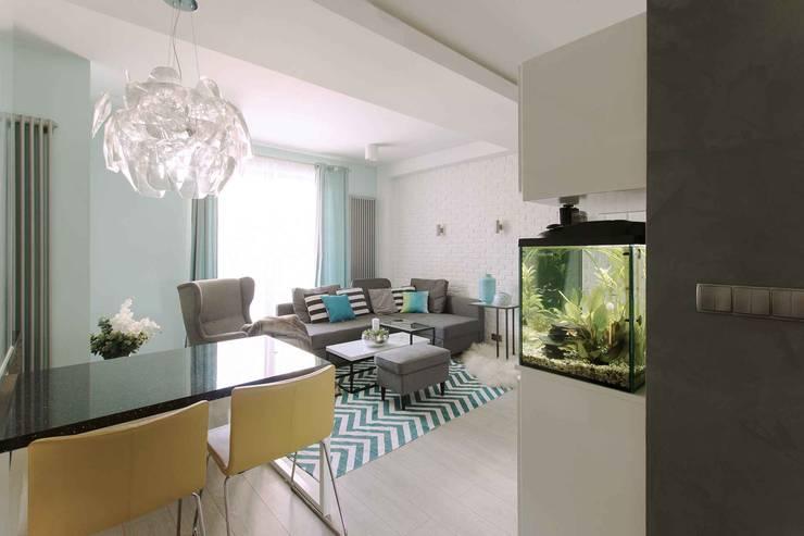 Mieszkanie z cegłą w tle: styl , w kategorii Salon zaprojektowany przez FAJNY PROJEKT,