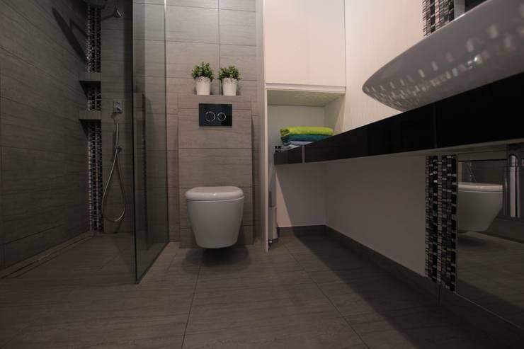 Mieszkanie z cegłą w tle: styl , w kategorii Łazienka zaprojektowany przez FAJNY PROJEKT,