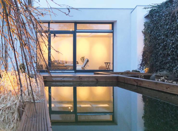 Blaue Stunde: moderne Häuser von qbus architektur  & innenarchitektur