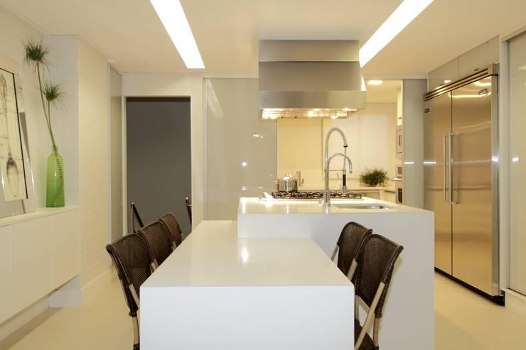 Cobertura Parque Areião: Cozinhas  por Ana Paula e Sanderson Arquitetura