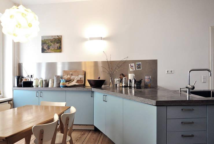 Berlin Apartment:  Küche von D/Form Gesellschaft für Architektur + Städtebau mbH