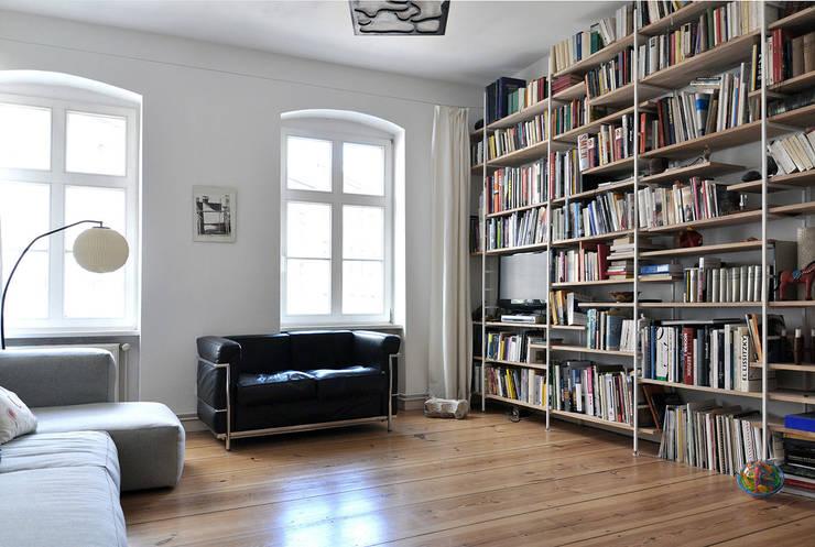 Berlin Apartment:  Wohnzimmer von D/Form Gesellschaft für Architektur + Städtebau mbH