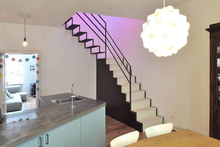 Berlin Apartment:  Flur & Diele von D/Form Gesellschaft für Architektur + Städtebau mbH